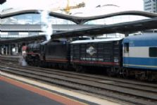 DT318 behind R707 at Southern Cross. 14/06/2008. John Green.